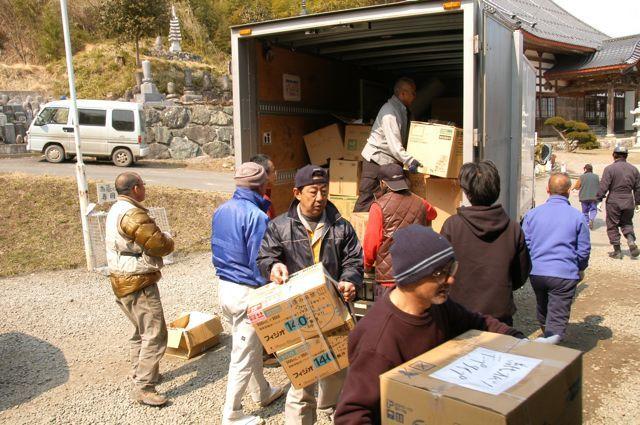 東日本大震災活動 物資の積み降ろし